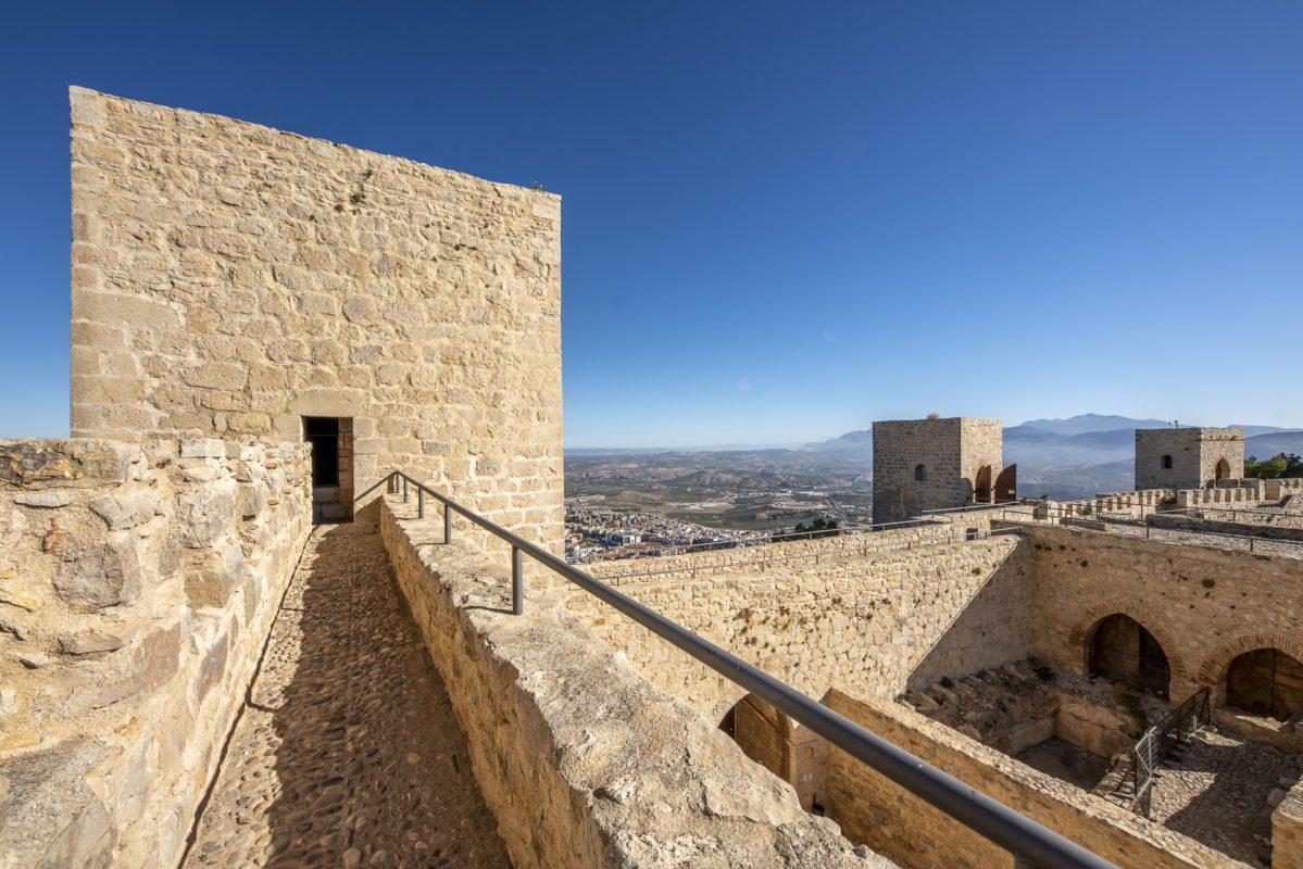 Camino de ronda que conecta las torres del castillo de Jaén /// Parapet wall  contecting the towers in the castle of Jaen