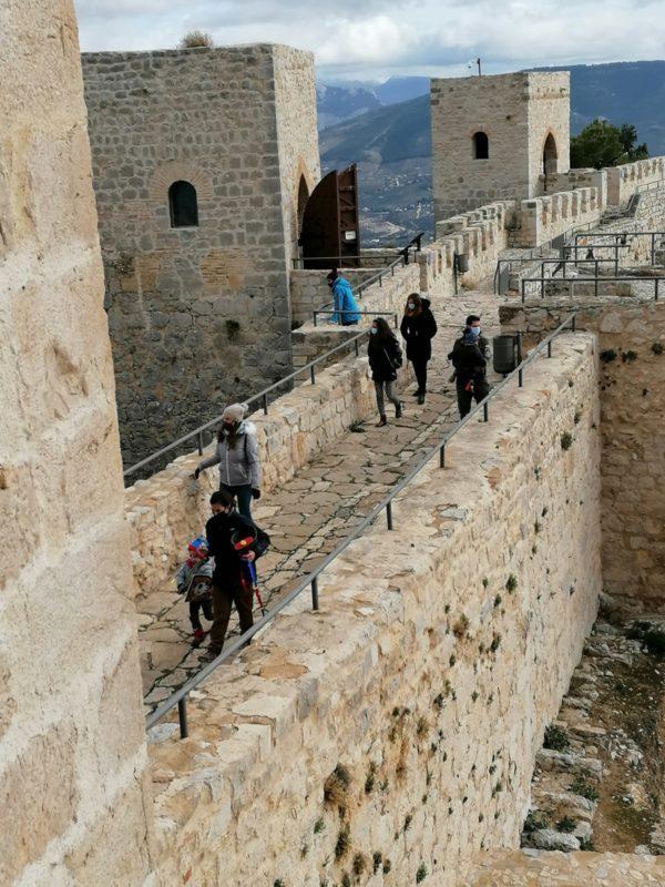 turistas pasarela castillo