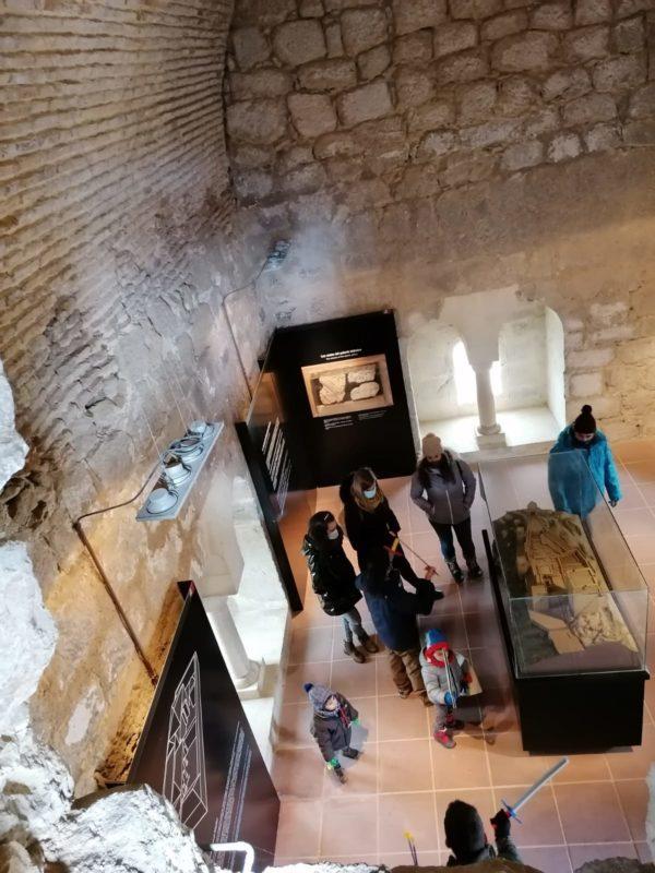 turistas en sala castillo